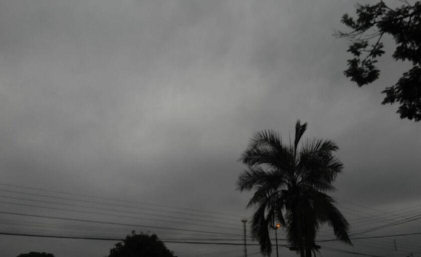 O tempo permanece nublado com chuvas isoladas.