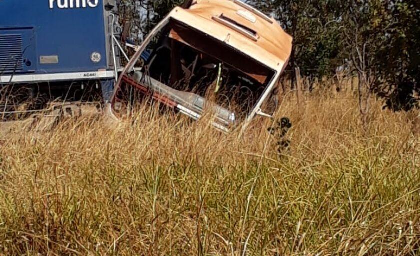 Com o impacto, o ônibus ficou bastante danificado