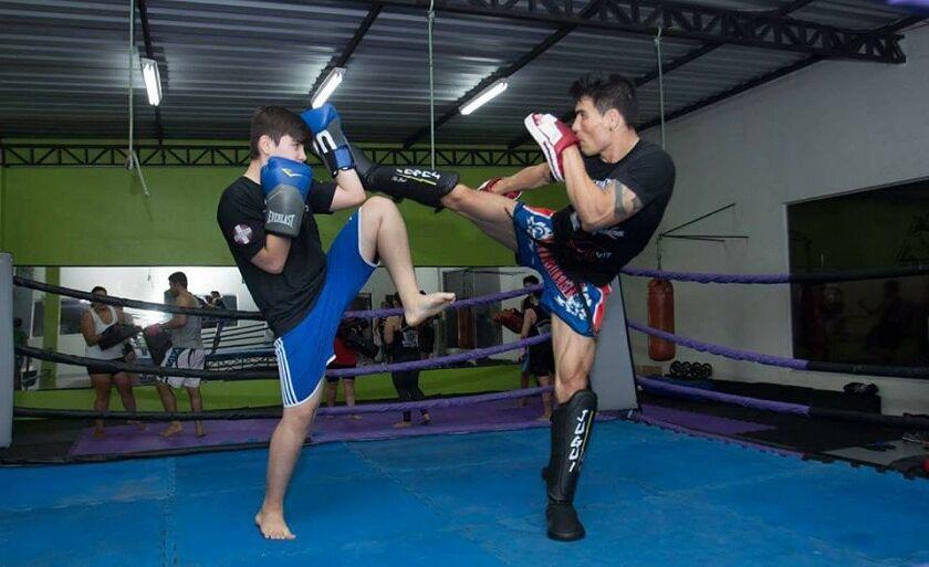 Ahlan Yoschida (direita) tem a chance de disputar WGP, maior torneio de kickboxing da América Latina