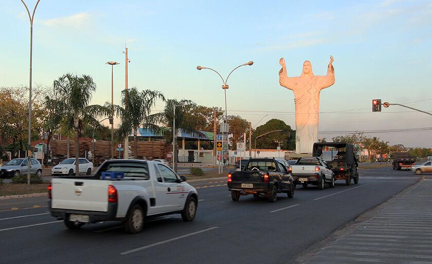 O Cristo Redentor foi inaugurado em junho de 1992 durante a gestão do prefeito Miguel Jorge Tabox; a obra possui mais de 15 metros de altura e já passou por mais de três restaurações