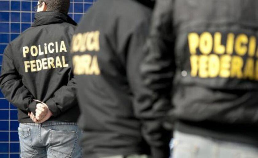 Policiais federais cumprem hoje 27 mandados de prisão temporária e 17 mandados de busca e apreensão contra suspeitos de envolvimento com a venda de drogas e o roubo de cargas