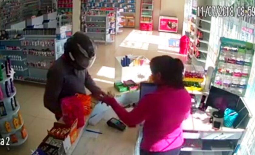 Vítima entrega dinheiro do caixa ao assaltante