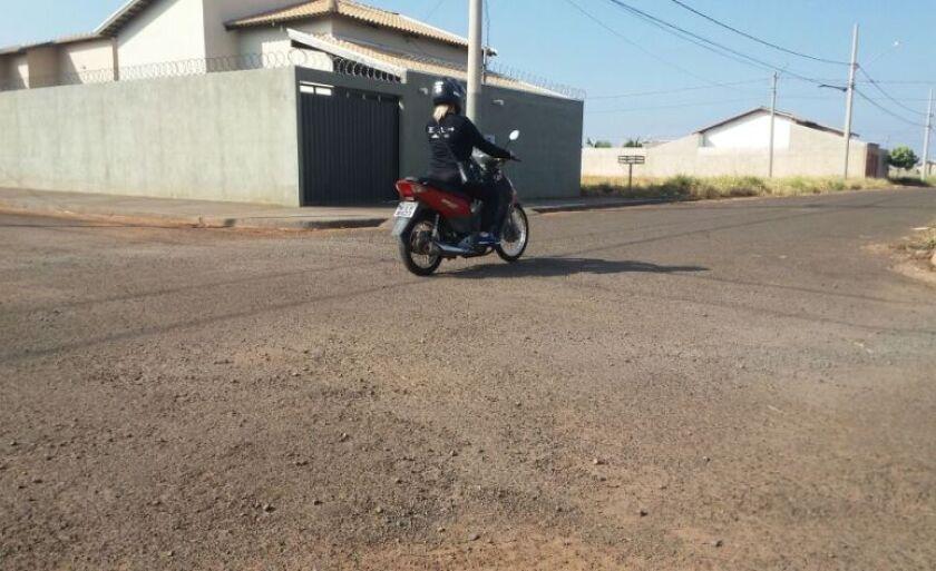 Motociclista atravessa cruzamento sem nenhuma sinalização