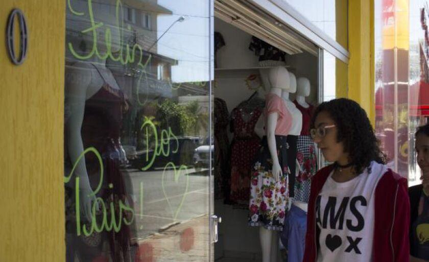 Lojas investiram em decoração para atrair consumidores; urnas foram instaladas em estabelecimentos