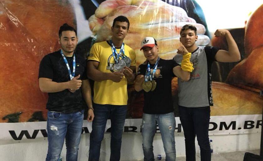 Victor Eduardo (de amarelo) coleciona medalhas: são seis títulos nacionais com apenas 21 anos