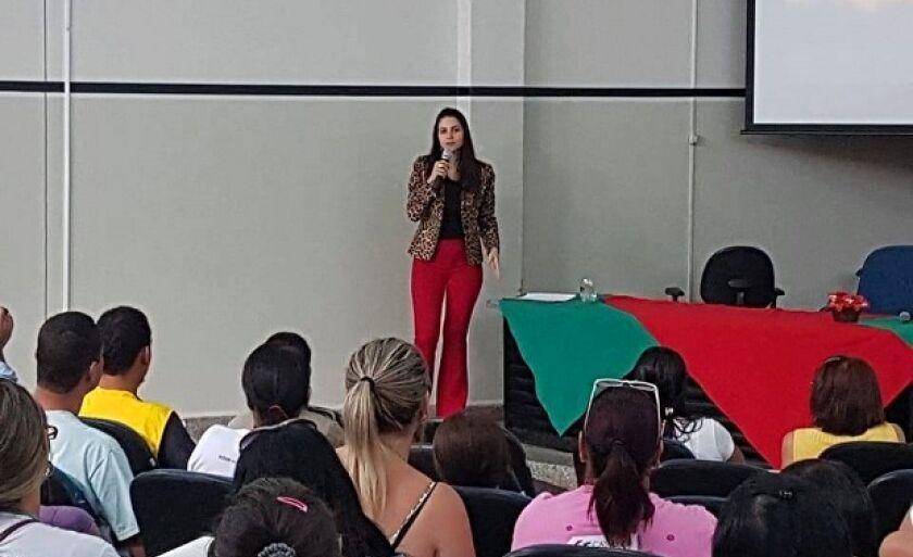 Delegada Eva Maira, durante palestra sobre violência contra a mulher