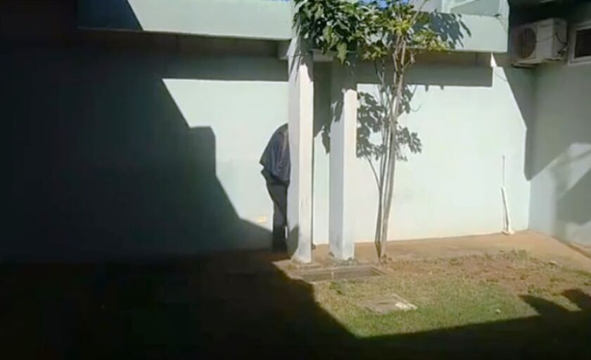Segurança foi rendido por quatro assaltantes nesta madrugada e, na foto, esconde rosto, por medo