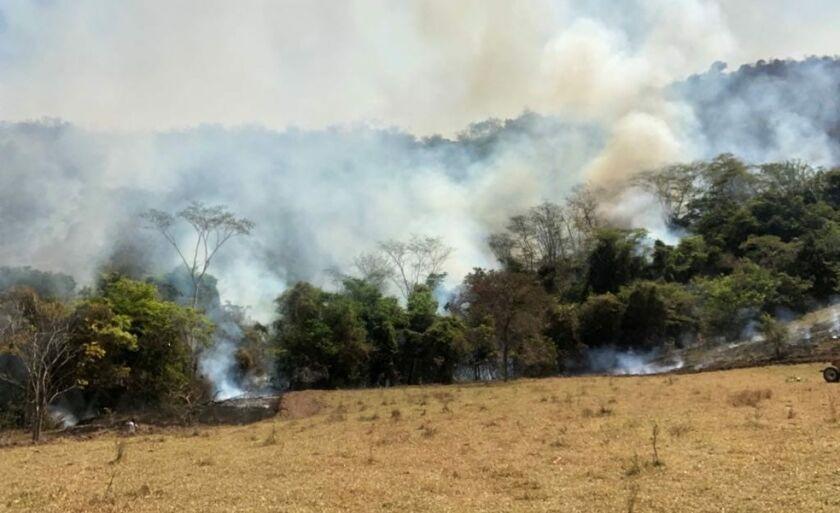 A área é de difícil acesso e os militares não conseguiam chegar com a viatura até as chamas