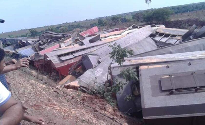 Vagões ficaram destruídos com o descarrilamento e carga ficou esparramada