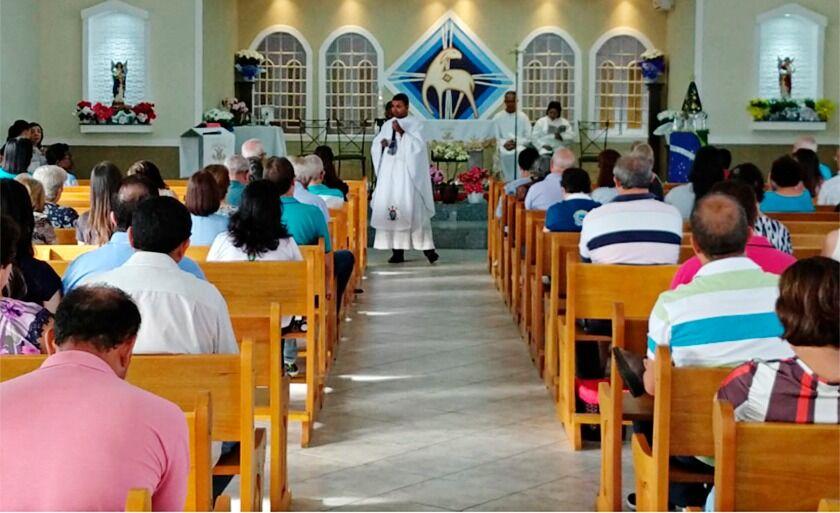 """Logo no início da manhã desta sexta, às 6h, foi realizada a """"Missa da Aurora"""", presidida pelo pároco da Paróquia Nossa Senhora Aparecida, padre Júlio Silva"""