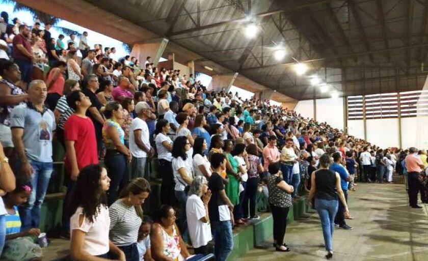 Fiéis participaram da Santa Missa no Ginásio Municipal de Esportes