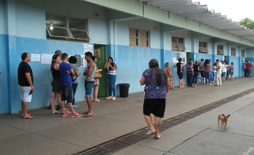 Eleitores da escola Wladislau Garcia Gomes esperam na fila para votar