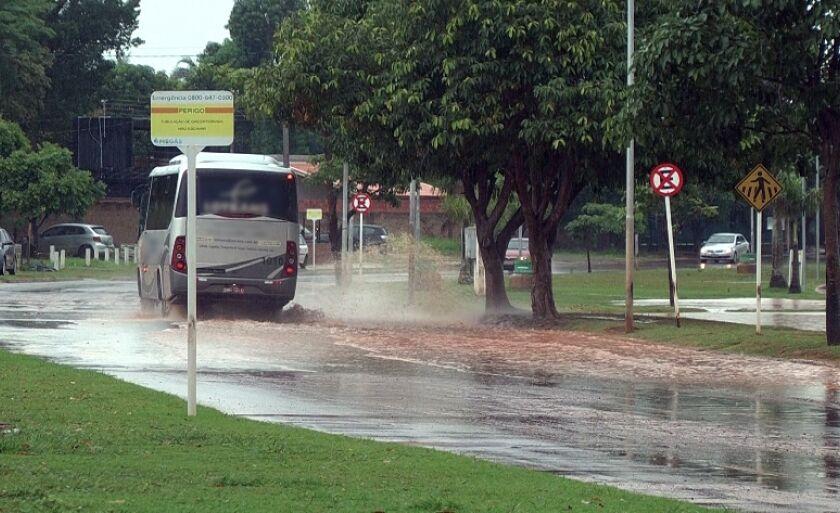 Um dos pontos de alagamentos é na circular da Lagoa Maior, na avenida Aldair Rosa de Oliveira.