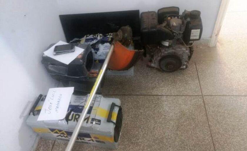 Várias baterias, ferramentas, geradores de energia foram apreendidos pelos policiais.