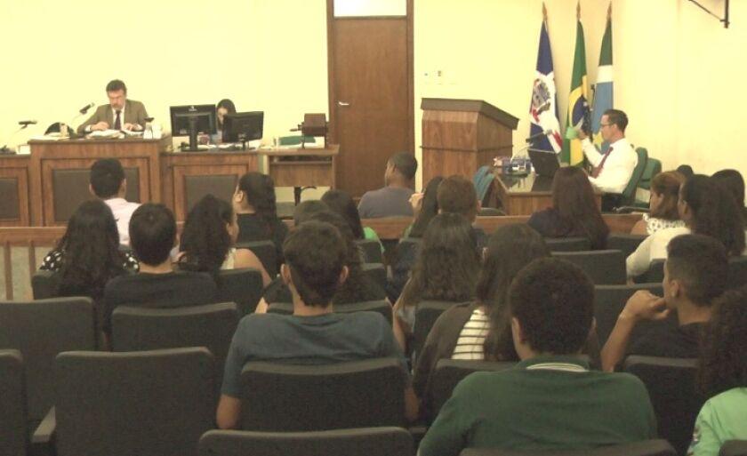 Márcio Vicente da Silva, sentado em frente ao juiz Rodrigo Pedrini, durante sessão do tribunal do júri, em Três Lagoas