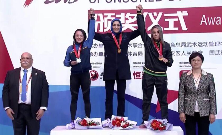 Edineia Camargo à esquerda, a campeã Elaheh Samiroumi no centro e a direita, Saidi Yasmina, medalhista de bronze