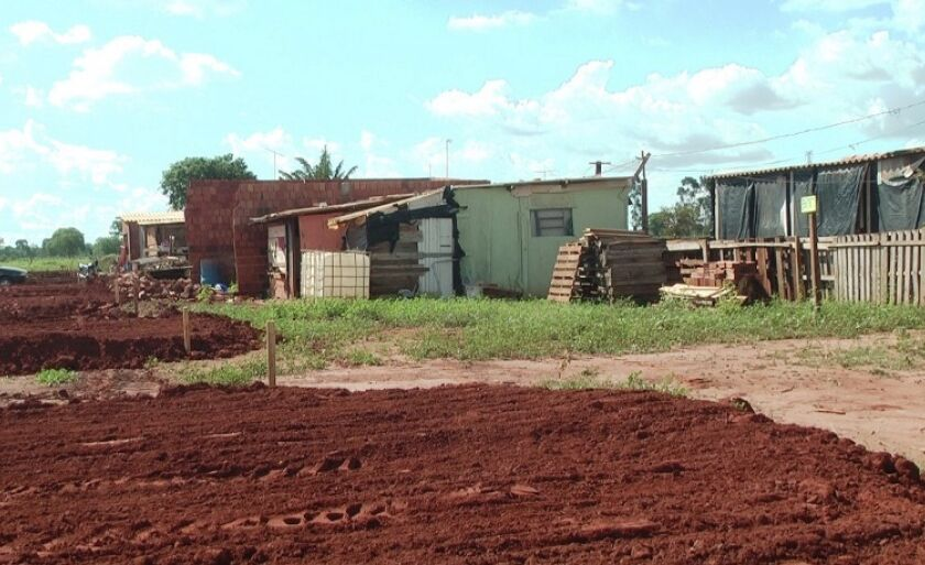 Lotes destinados para a construção de casas começaram a receber o serviço de patamarização