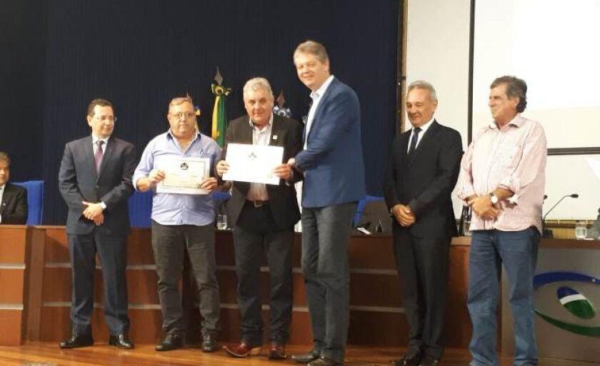 Prefeito recebe dois prêmios do Tribunal de Contas do Estado de MS