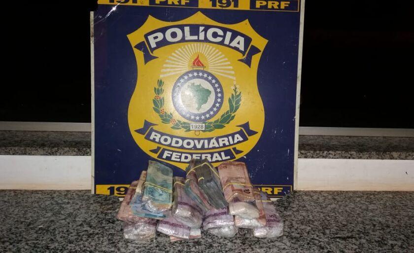 As cédulas estavam distribuídas em vários pacotes