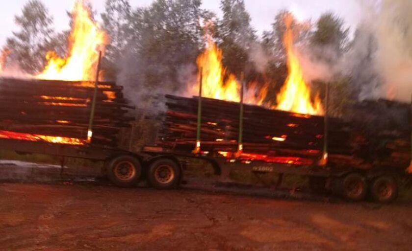 O motorista percebeu as chamas e parou no acostamento da rodovia, por volta das 5h.