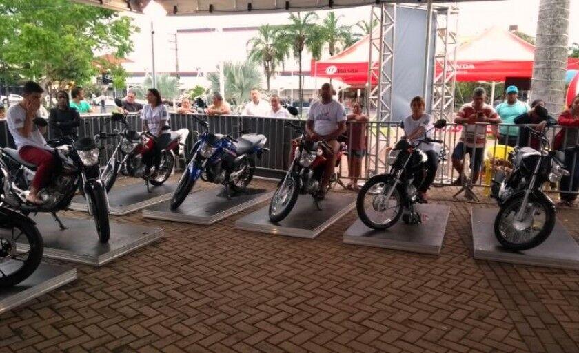 Quinze competidores serão escolhidos e vence o que suportar ficar mais tempo em cima de uma moto