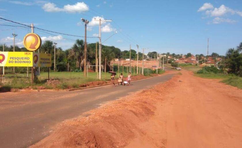 Asfalto foi construído em apenas um lado da via, em bairro.