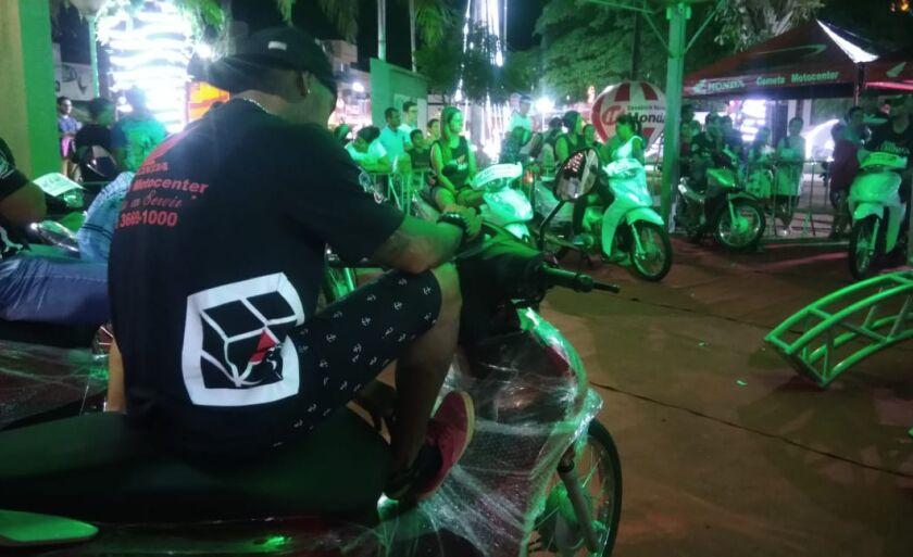 Os competidores subiram nas motos às 20h05