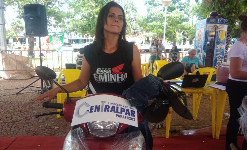 """""""Para não dormir vale tudo, até dançar em cima da moto"""", brinca Luciana  Cancio"""