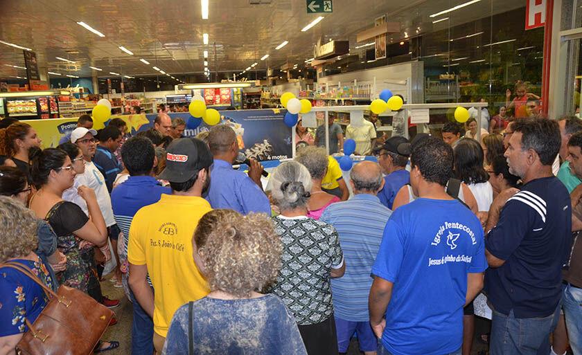 Centenas de pessoas acompanharam o sorteio dos prêmios em cada unidade da rede de supermercados, na tarde e noite de ontem
