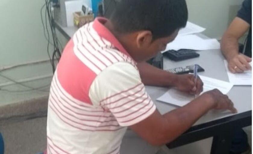 Ricardo dos Santos Veríssimo assina depoimento na delegacia