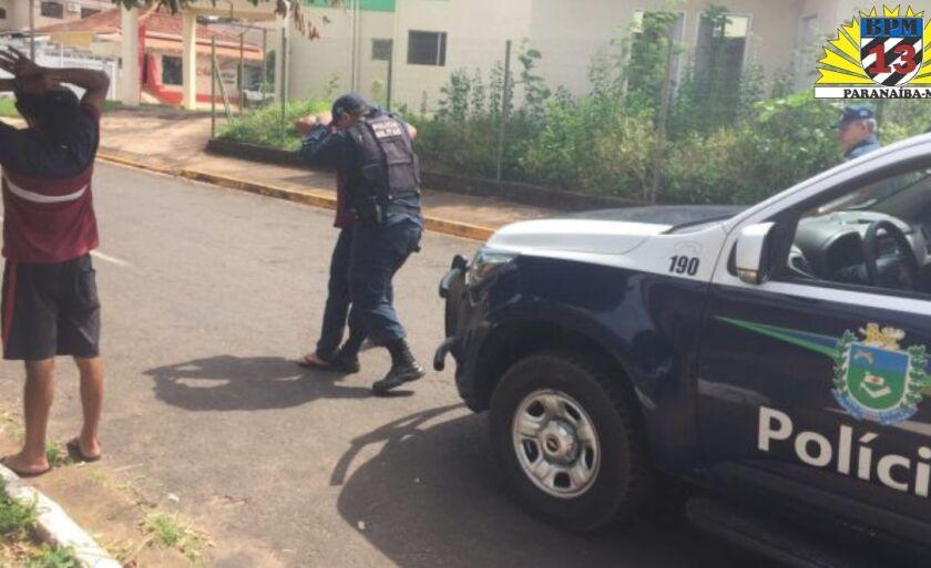 Por resistir à prisão, foi algemado, segundo os policiais