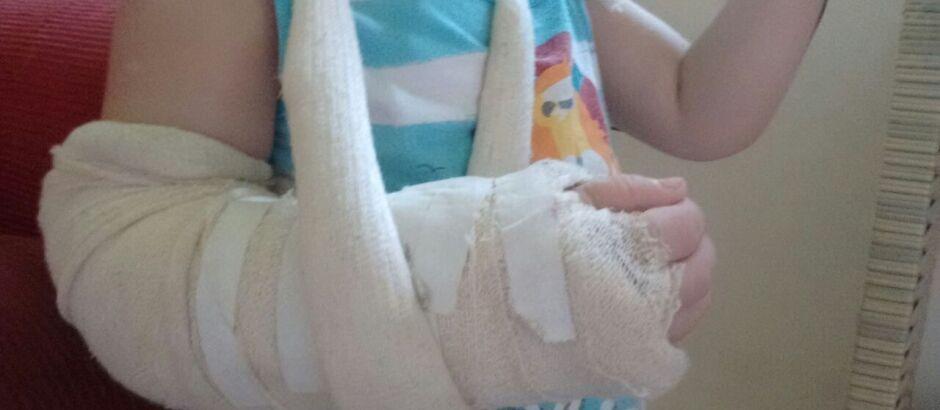 Criança espera mais de 10h para ser atendida por ortopedista na Santa Casa