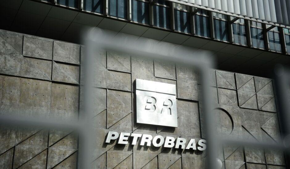 A compra pela Petrobras da refinaria de petróleo em Pasadena, Texas (EUA), em 2006, é investigada por superfaturamento, à época, e evasão de divisas
