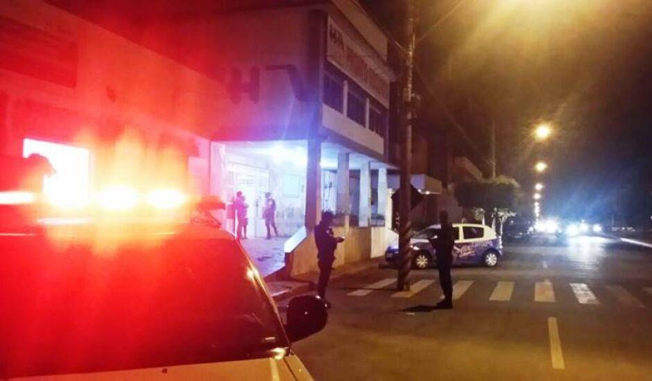 Na troca de tiros, suspeito foi alvejado, e socorrido pelos próprios policiais ao hospital