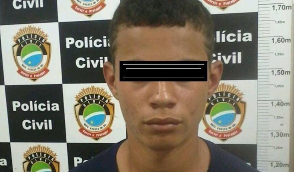 """Weliton Ferreira de Moura,  conhecido como """"Carocinho"""", foi preso e parte dos objetos roubados foi recuperada"""