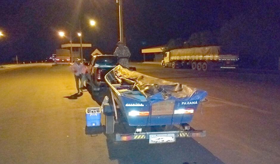 Foram apreendidos 8 kg de pescado, um barco e o motor de popa