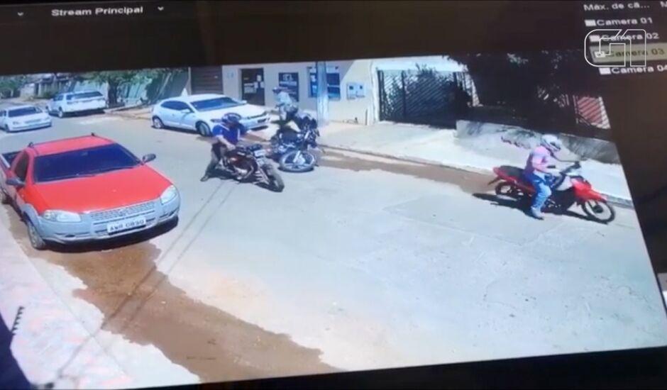 Imagens de câmera de segurança flagrou PM atirando