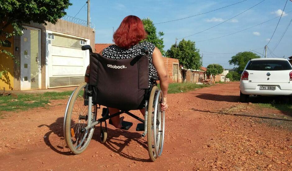 Sandra de Souza usa uma cadeira manual para se locomover