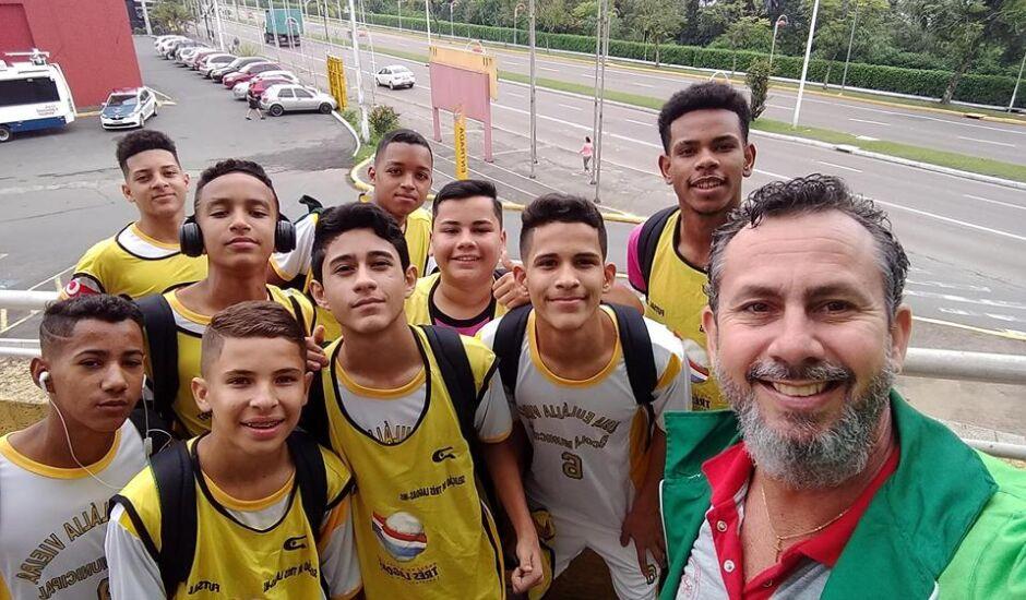 Treinador e diretor da escola Maria Euláiia Vieira, Lélis Rocha, e atletas da equipe três-lagoense