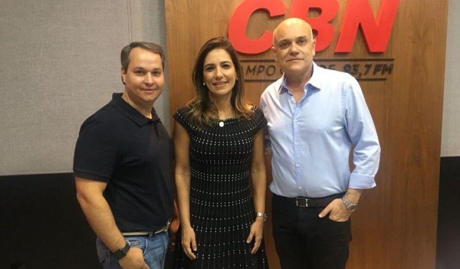 Empresários Fernando Bumlai e Neca Chaves Bumlai ao lado do apresentador José Marques