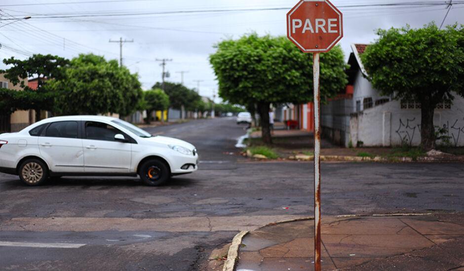 Pare nas esquinas, pare para nos cruzamentos, pare de não ter conscientização no trânsito!