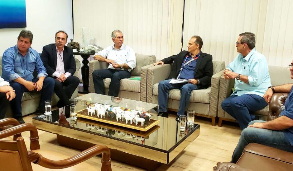 Governador Reinaldo Azambuja (PSDB) em reunião com representantes do governo e da Claro/Embratel
