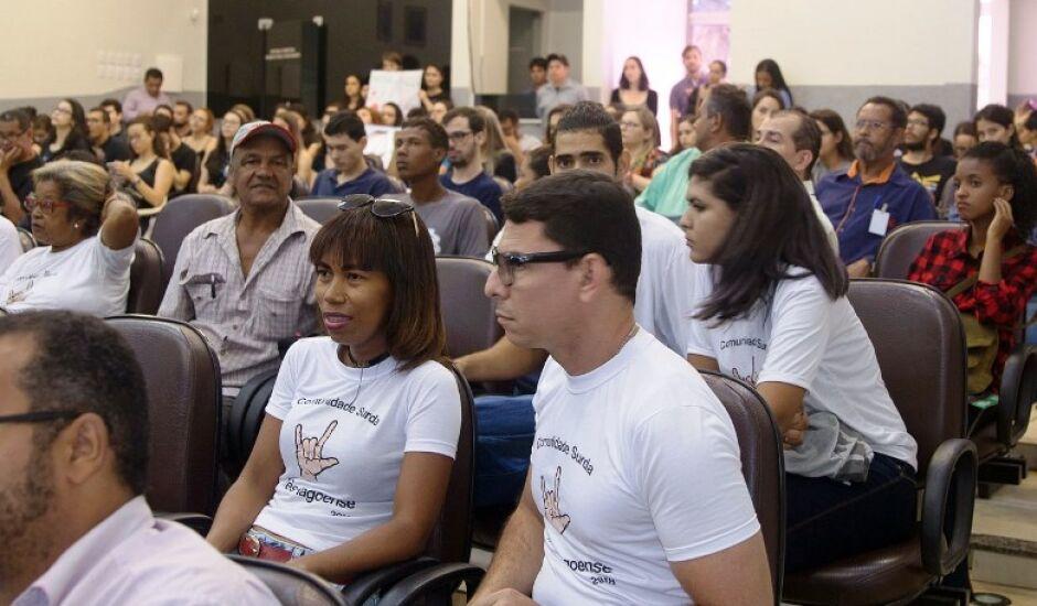 Central de atendimento tem como objetivo auxiliar os deficientes auditivos