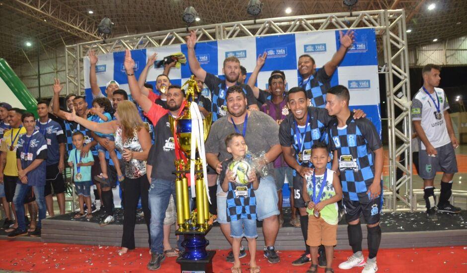 Atlétas do Muito Mais Futsal comemoram o titulo