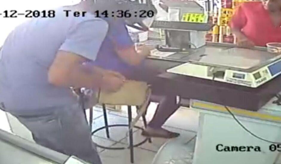 Além do dinheiro do caixa, ladrão levou também a bolsa da funcionária