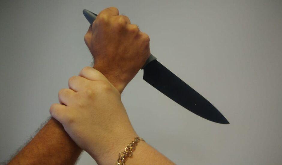 Ele foi ameaçado pelo homem com uma faca