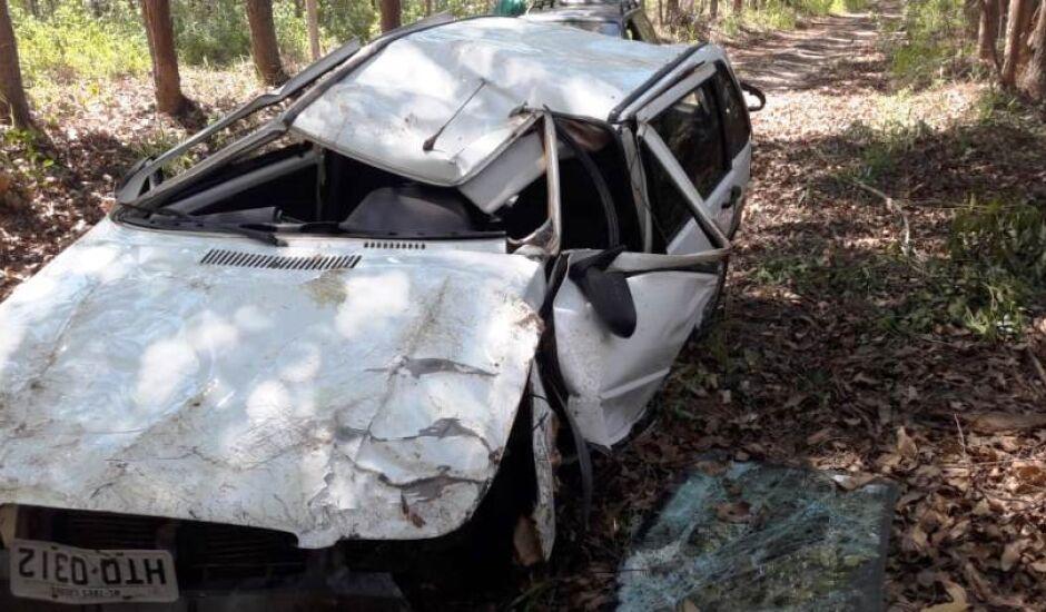 Com a batida, carro ficou destruído