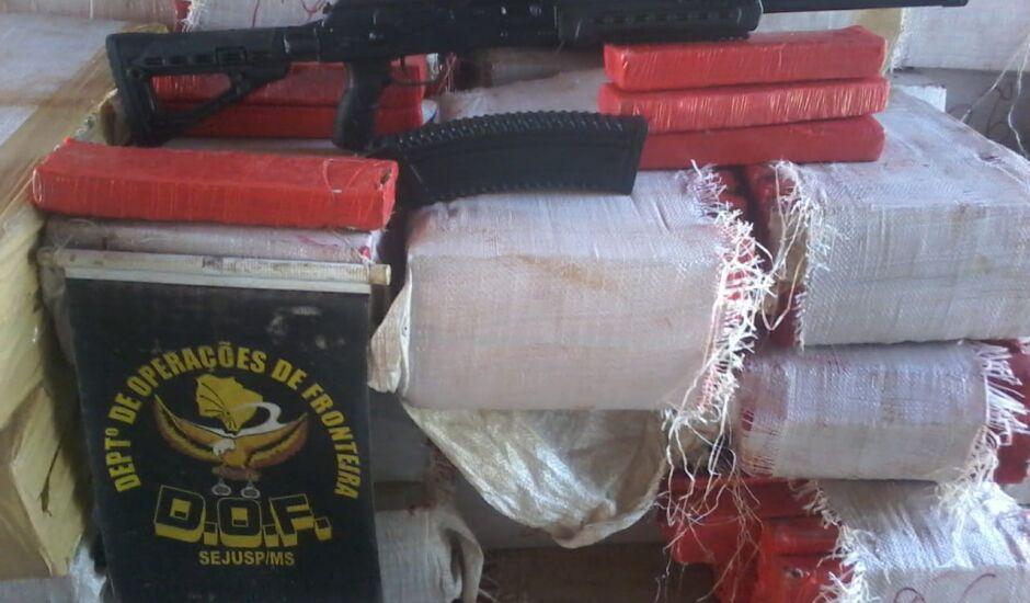 Escopeta foi apreendida junto com carga de quase três toneladas de maconha