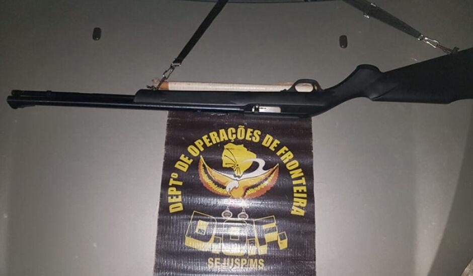 No veículo foram encontrados um rifle e mais 32 munições intactas