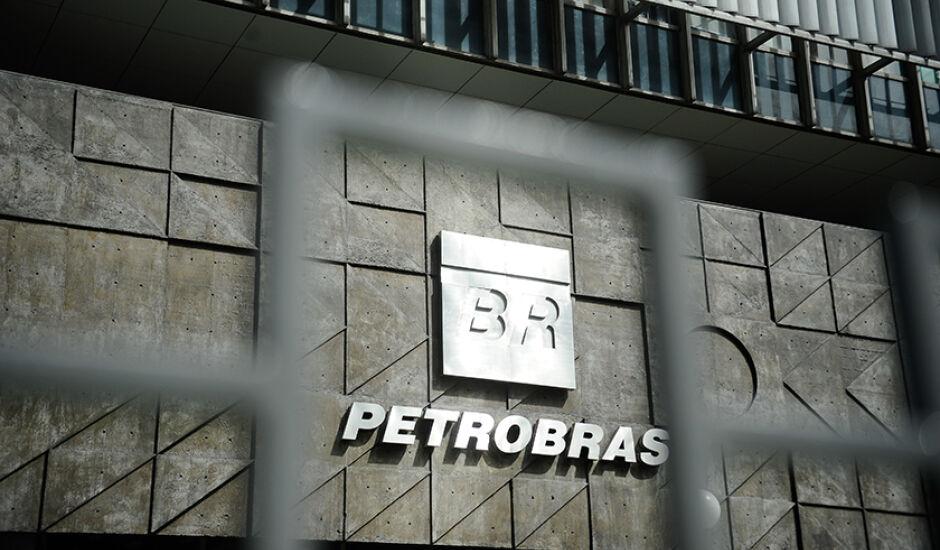 Luiz Nelson Guedes de Carvalho e  Francisco Petros Oliveira Lima Papathanasiadis apresentaram suas renúncias a Petrobras